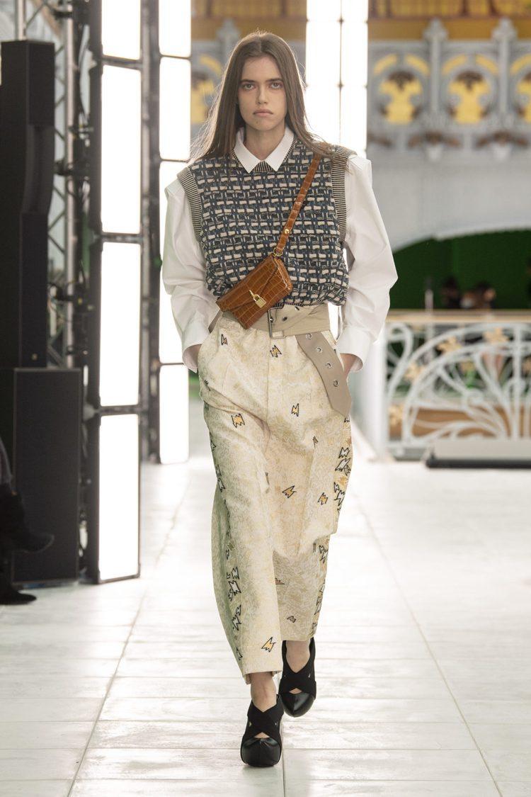寬鬆背心、長褲與寬版腰帶,呈現女裝的帥氣風采。圖/LV提供
