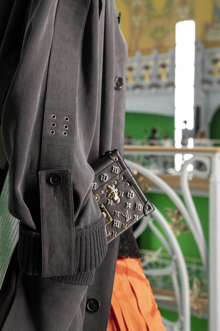 帥氣風衣的束帶、扣環等,是中性俐落的細節。圖/LV提供
