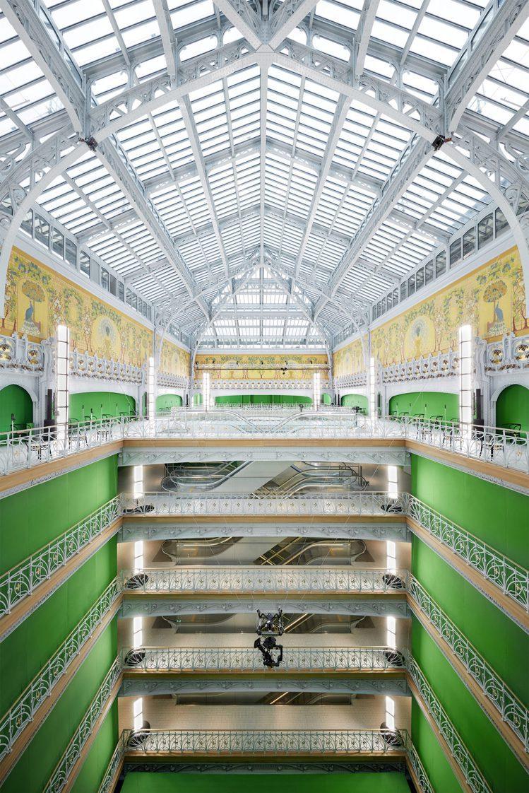 路易威登運用綠幕視覺效果在巴黎莎瑪麗丹百貨舉辦2021春夏大秀。圖/LV提供