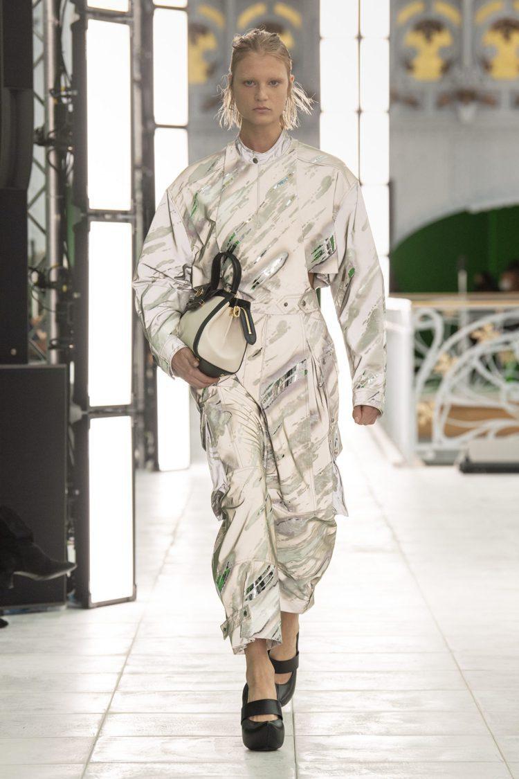 褲裝是2021春夏的精湛表現,運用了未來感的金屬塗層、刺繡增添奢華感。圖/LV提...