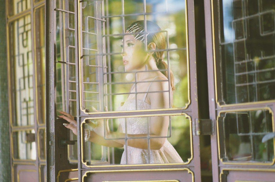 鍾舒祺以迷幻電音重譯「傻子」,MV將西方解構主義揉合中式庭園,打造時空交替的反差...