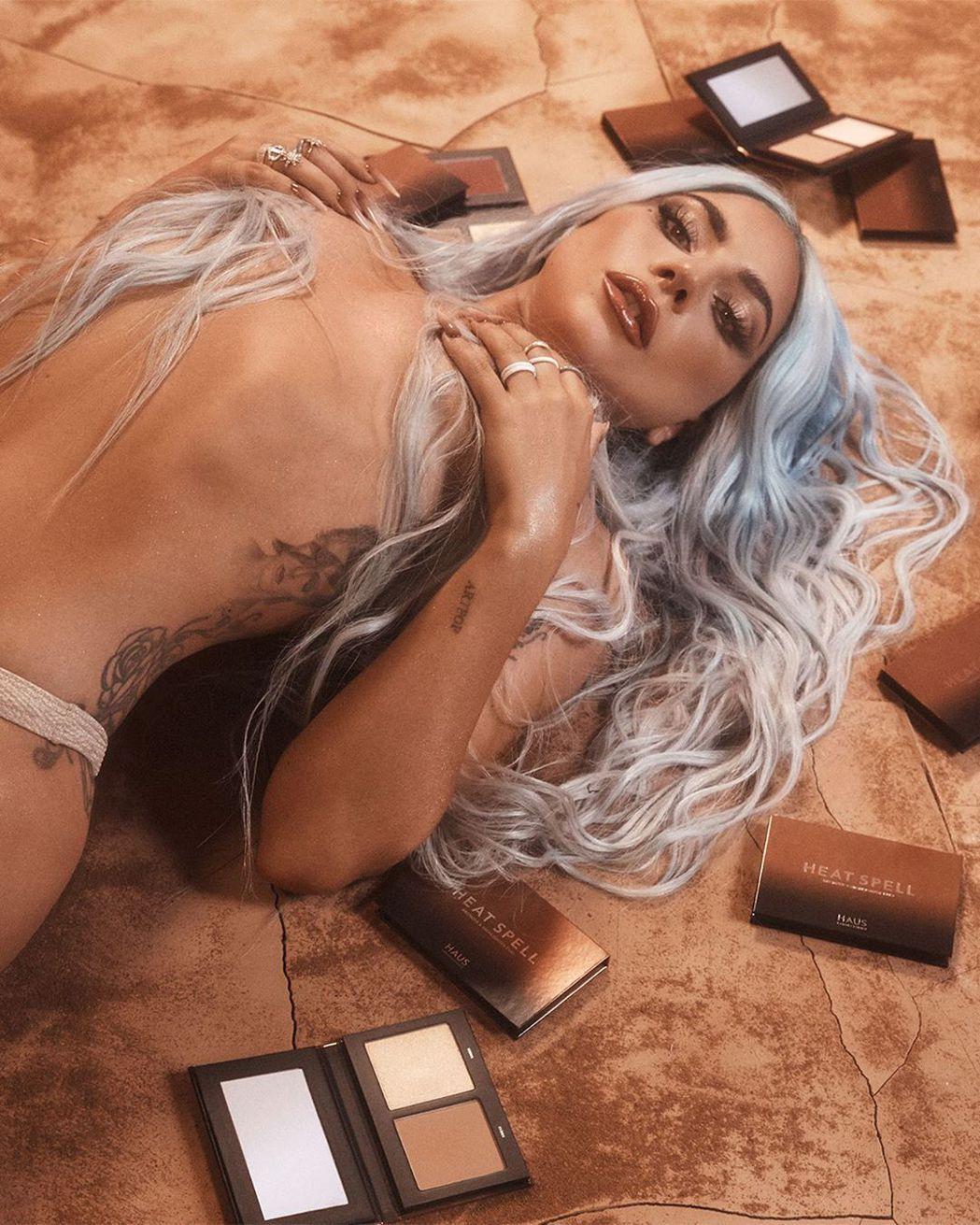 女神卡卡為自己的彩妝產品造勢,上空半裸入鏡。圖/摘自Instagram