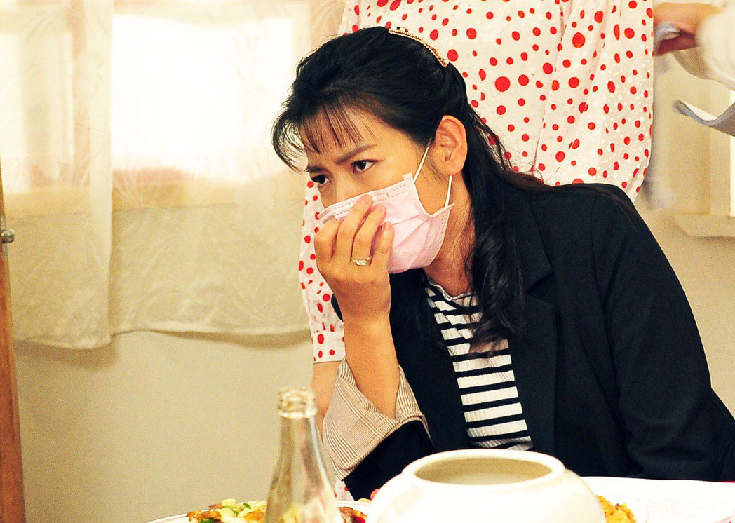 米可白驚曝肋骨以下到尾椎無法動,打噴嚏也會痛到流淚。圖/台視提供