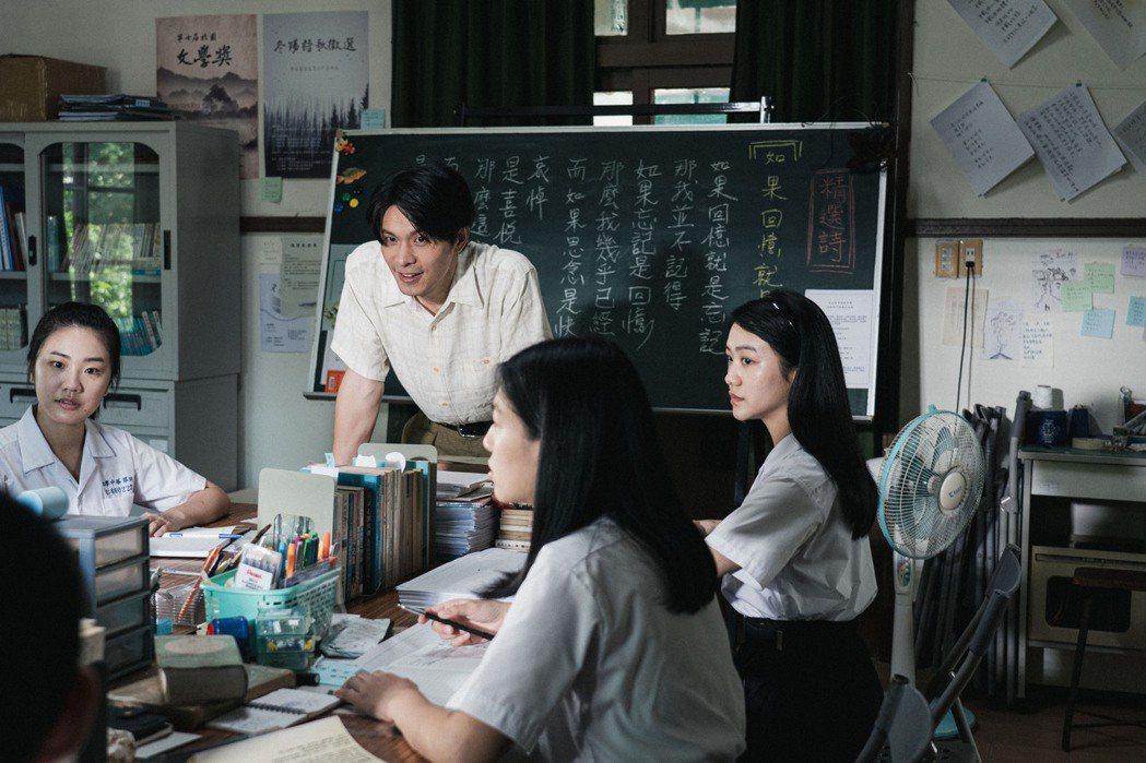 金鐘視帝姚淳耀飾演詩社指導老師沈華。圖/公視提供