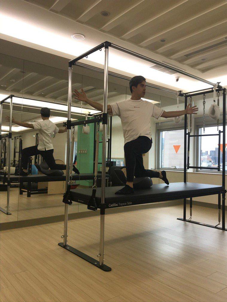 40歲之後男性著重體能維持,同時脊椎的健康也得維持,達到身體的對稱與平衡。記者陳...