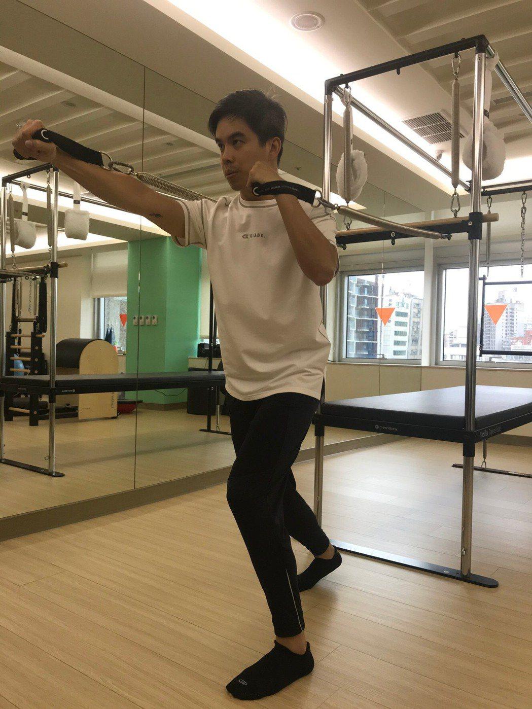 吐氣、吸氣,20歲男性運動應著重呼吸頻率,幫助身心平衡。記者陳雨鑫/攝影