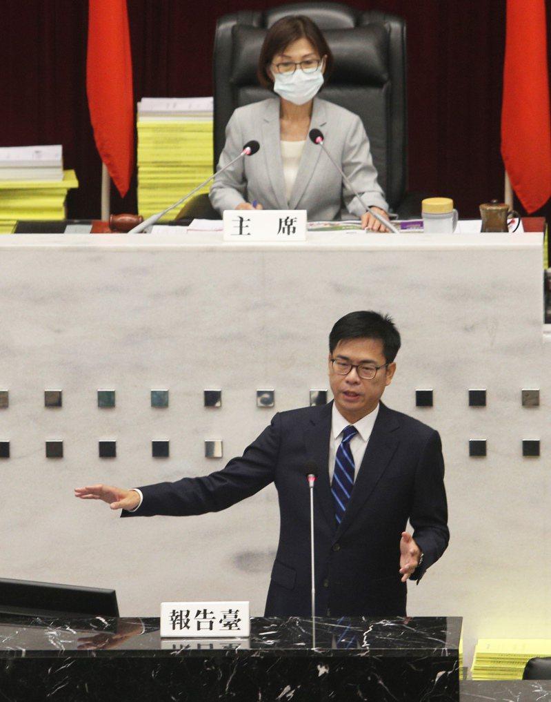 高雄市長陳其邁(前)初登場赴議會做施政報告,沒有看稿侃侃而談。記者劉學聖/攝影
