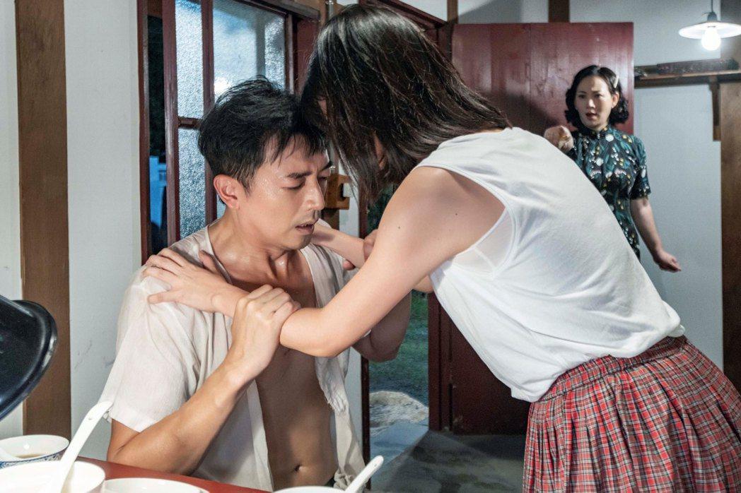 田家達(左)、傅小芸上演誤食春藥香豔戲碼。圖/三立提供