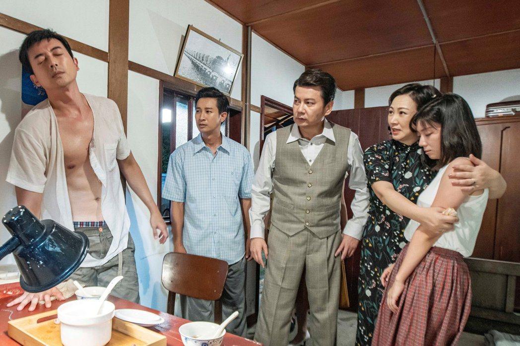 田家達(左)、傅小芸(右)上演親密戲,現場卻有許多演員。圖/三立提供