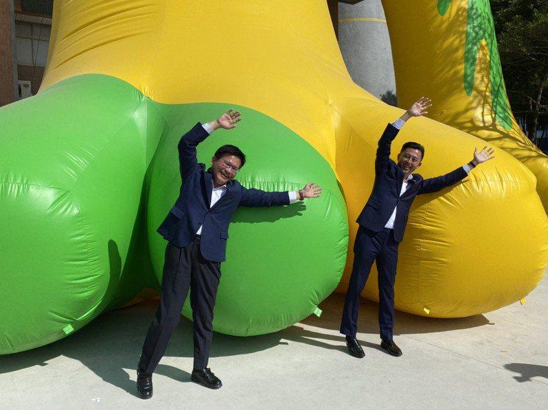 新竹市長林智堅(右)昨邀交通部長林佳龍參訪台灣設計展CHECK in新竹。記者王駿杰/攝影