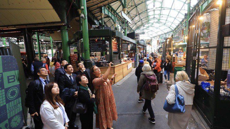 台中市長盧秀燕(前排中)去年率團到倫敦,參觀波羅市場,借鏡鐵路高架化後善用空間與老舊市場轉型。圖/台中市新聞局提供