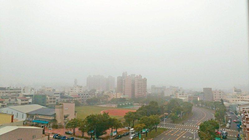 嘉義市境外汙染源高達8成,每逢秋冬空氣品質就會不佳。圖為去年嘉義空汙情況。圖/讀者湯正彰提供
