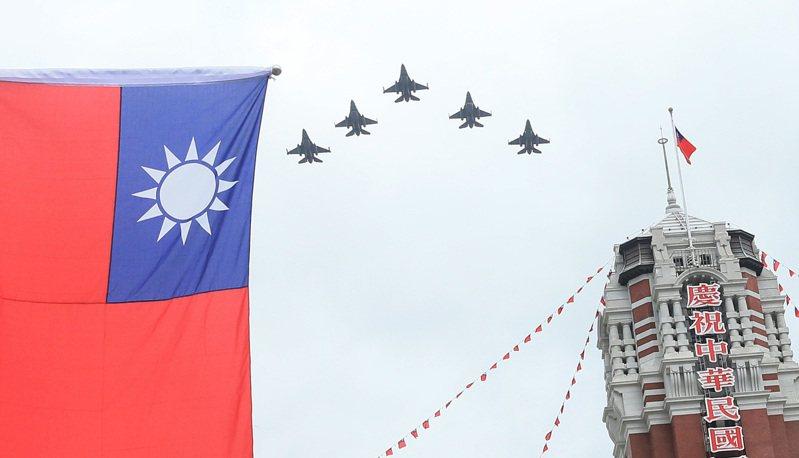 空軍F-16V昨天上午通過總統府上空衝場預演,場面震撼。記者潘俊宏/攝影