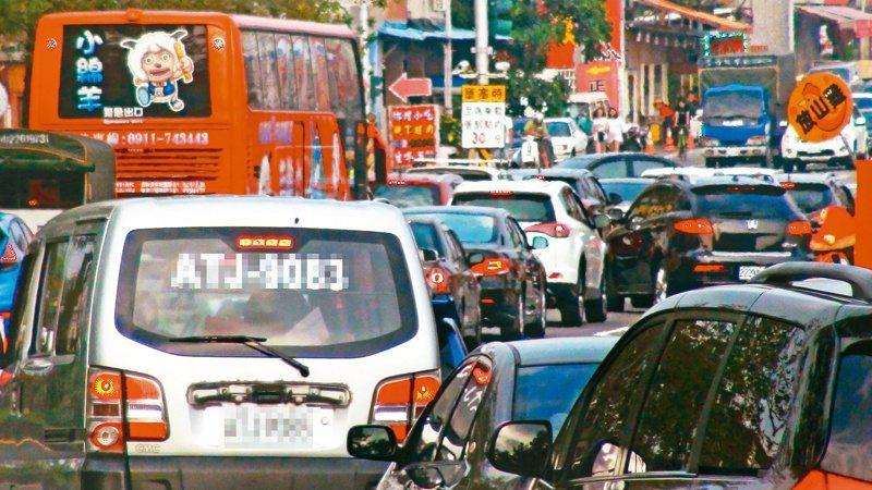 國五交通紫爆,頭城交流道更一路回堵到礁溪市區,導致市區內交通壅塞。 記者羅建旺/攝影