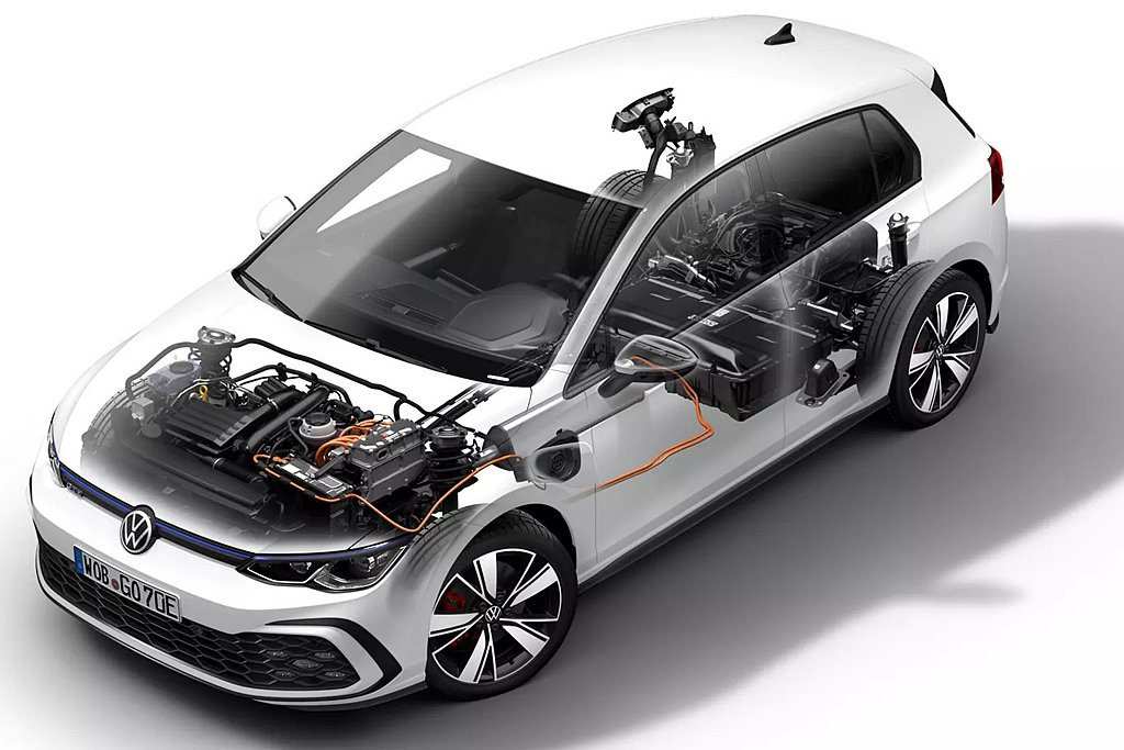 電池容量增加50%達13kWh,搭配TSI渦輪燃油引擎,在Hybrid Mode...