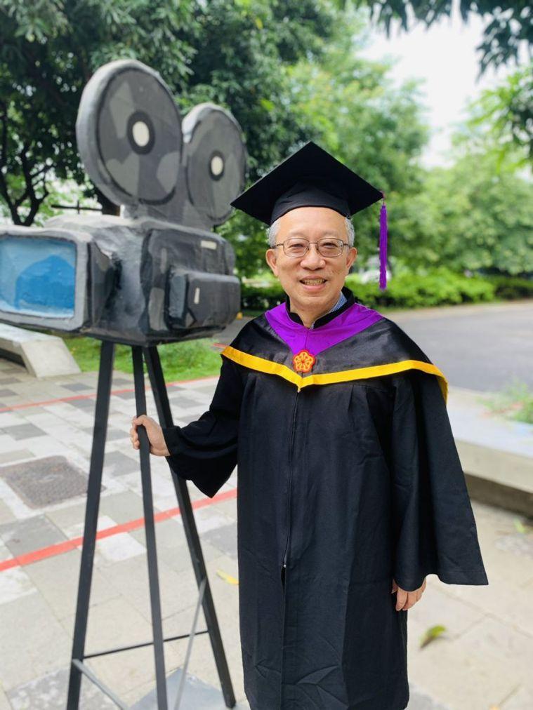 施昇輝日前穿上碩士畢業袍參加撥穗典禮,在校園留影紀念。(圖/施昇輝提供)