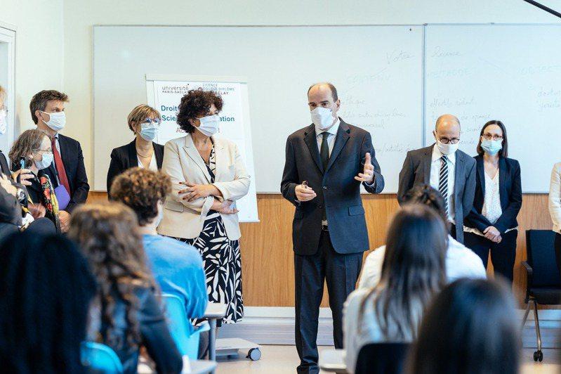 法國總理卡斯泰(Jean Castex)(後排右三)參觀學校內部。圖擷自Université Paris-Saclay