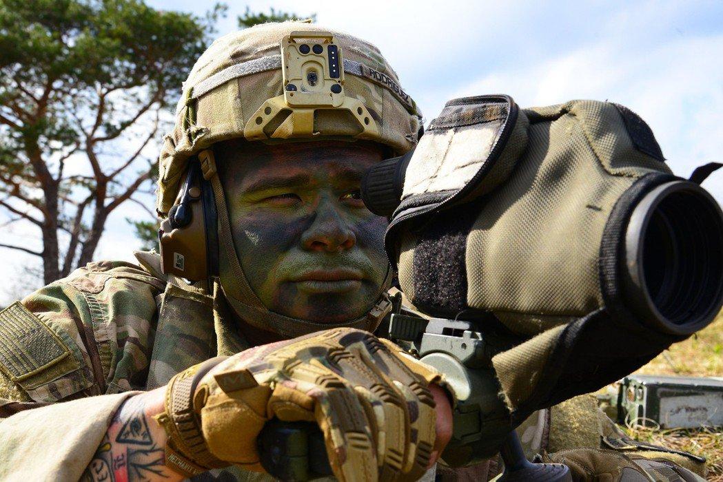 正在训练单位间协调的173空降旅狙击小组的观察手。 图/美国陆军