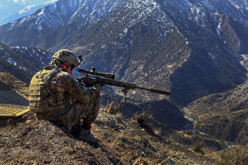 在阿富汗制高點監視的美軍狙擊手。 圖/美國陸軍