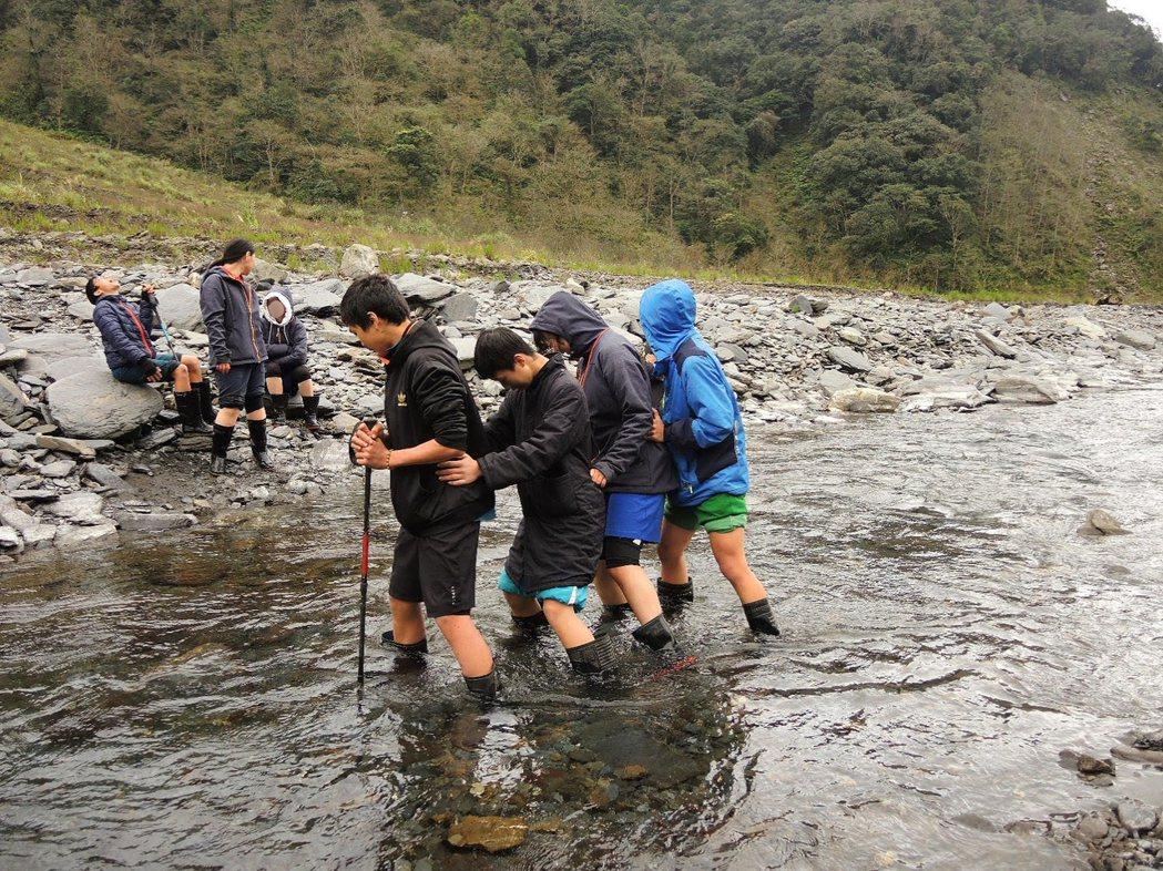 野地環境讓人自然互相扶持、學習團隊合作。