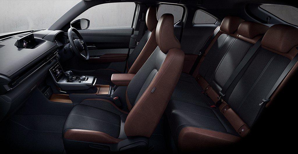 Mazda MX-30內裝導入再生材料應用於控台與車門飾板之外,空調控制介面也改...
