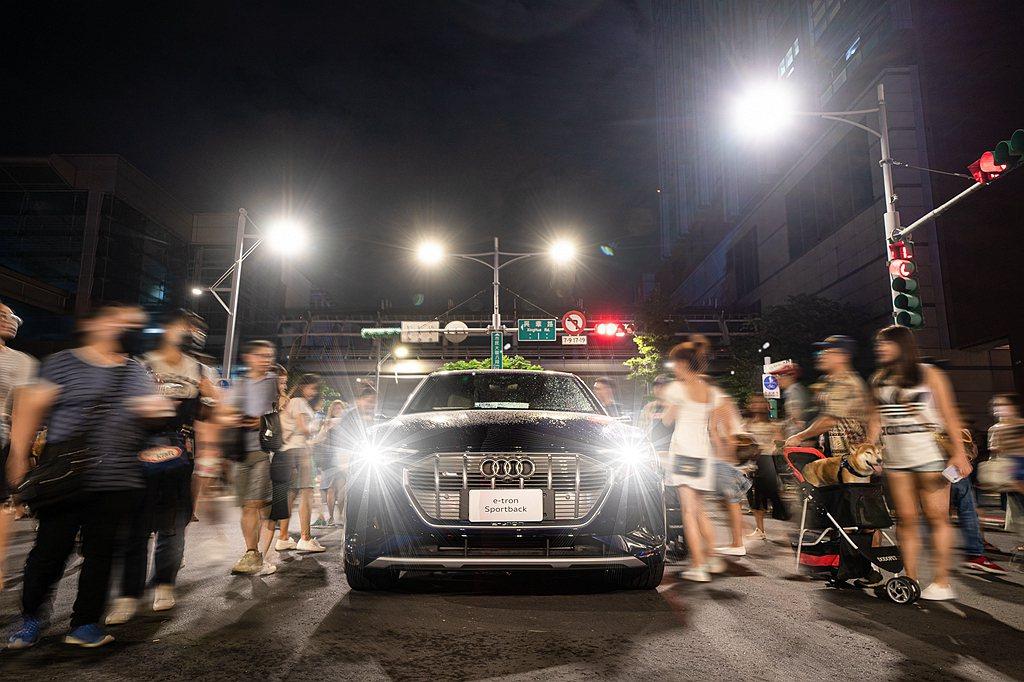 台灣奧迪在白晝之夜的表演名為「創見未來移動劇場」,民眾可以跟表演者一起創造魔幻時...