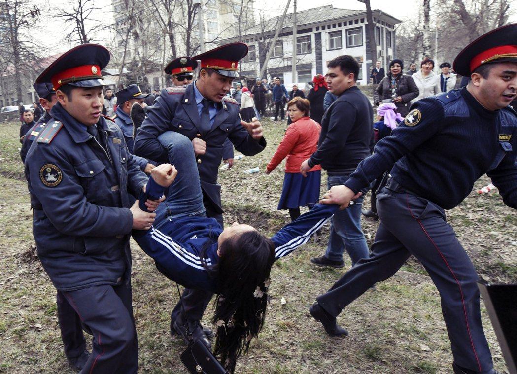 吉爾吉斯近年社運抗議,警察多採取較強勢的武力清場,然而這次的國會大選示威,警方鎮...