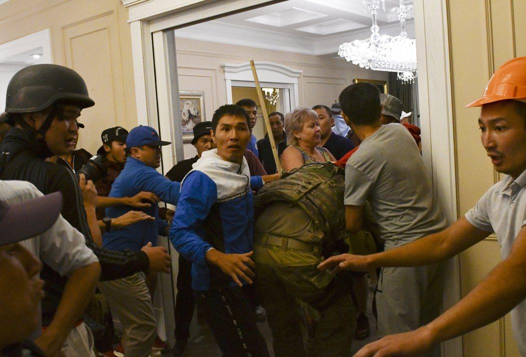 支持者攻擊進入阿坦巴耶夫宅內的特警人員。 圖/路透社