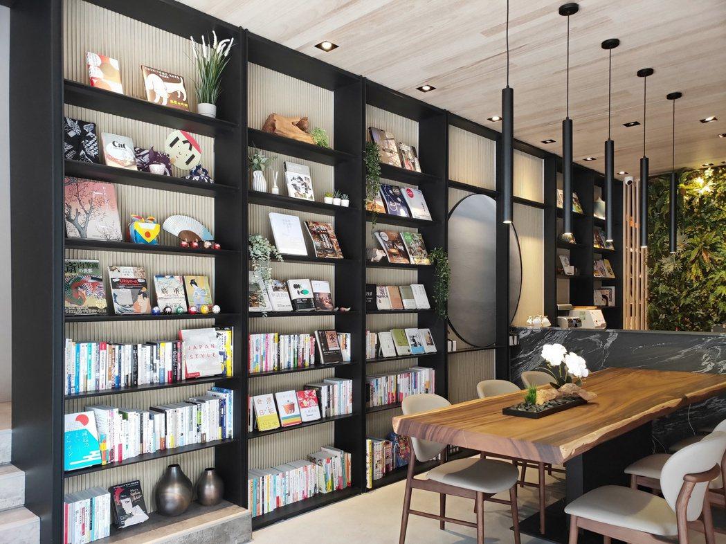 「遠雄晴川」打破接待中心純銷售空間,提供五百多冊書籍提供民眾免費閱覽。(圖/業者...