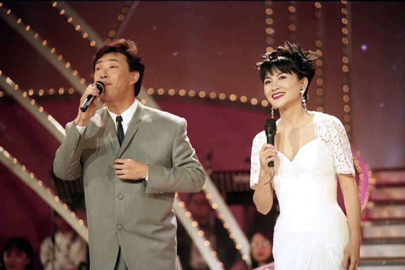 同樣是翻唱的費玉清(左)於1996年奪得金曲獎最佳演唱專輯獎;鳳飛飛(右)也曾留下製作精良的《想要彈同調》專輯。圖攝於1994。 圖/聯合報系資料照