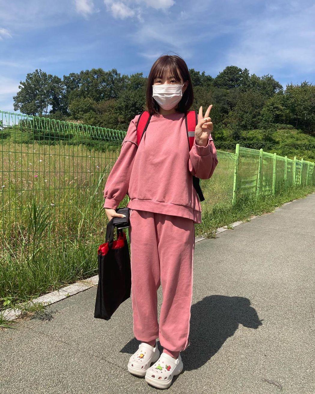 28岁洪瑛琦身材娇小又童颜,竟被误认成小学生。 图/撷自IG