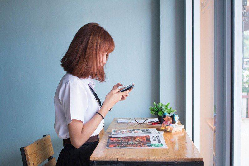 急診護理師發文提醒民眾設定手機緊急聯絡資訊,以便發生意外時能協助聯絡家屬。 圖/PIXABAY