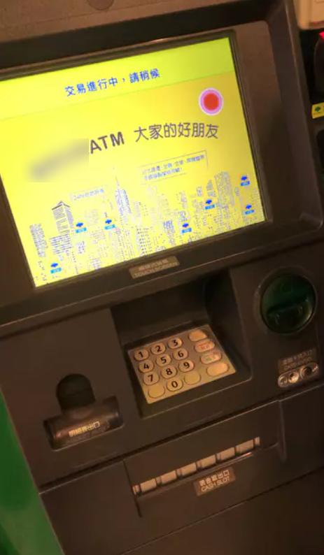 一名女網友發文抱怨日前在ATM領錢時,突遇ATM當機「吞卡」,打給客服卻表示會派員維修並要她先離開現場,但苦等1小時也沒人救。圖擷自Dcard心情版