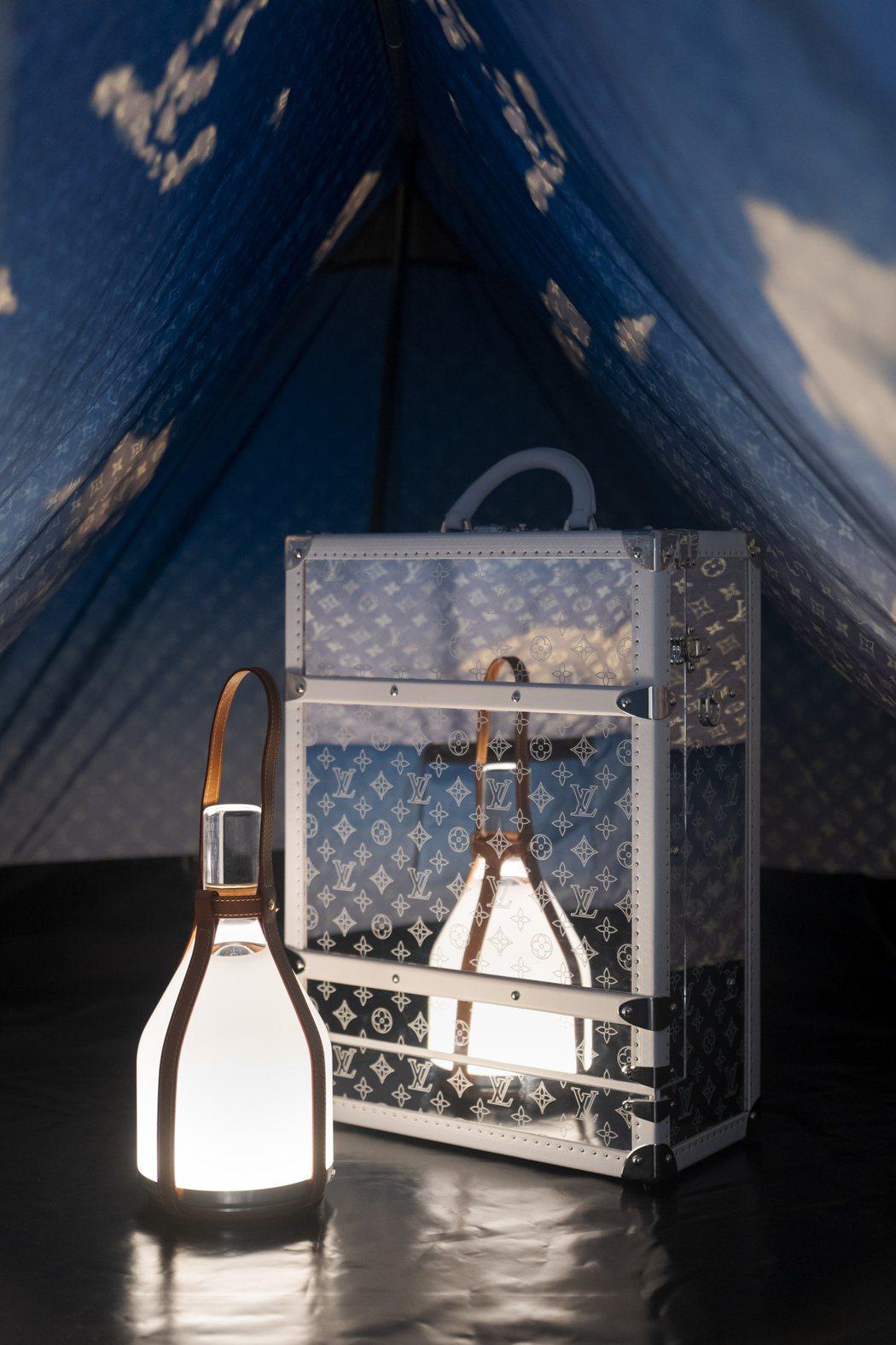 全新登場的Monogram Mirror鏡面後背包,及其可搭配選購的藍天白雲帳篷...