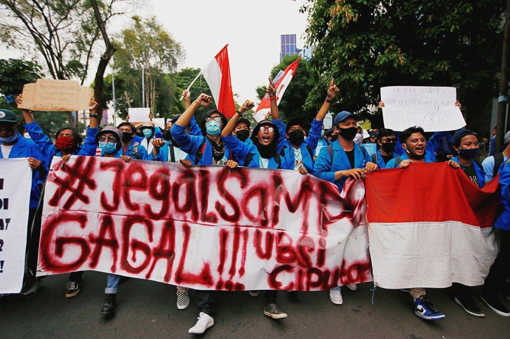 印尼自10月5日再度爆發學運抗爭,從全國各地陸續湧入的學生團體、農民組織、勞工運...