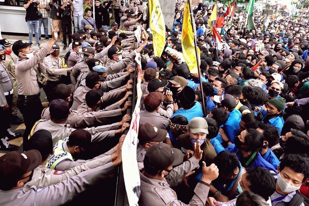 過程中,憤怒的學生痛罵中央政府與國會是「人民叛徒議會」,並冒著群聚感染的嚴重風險...