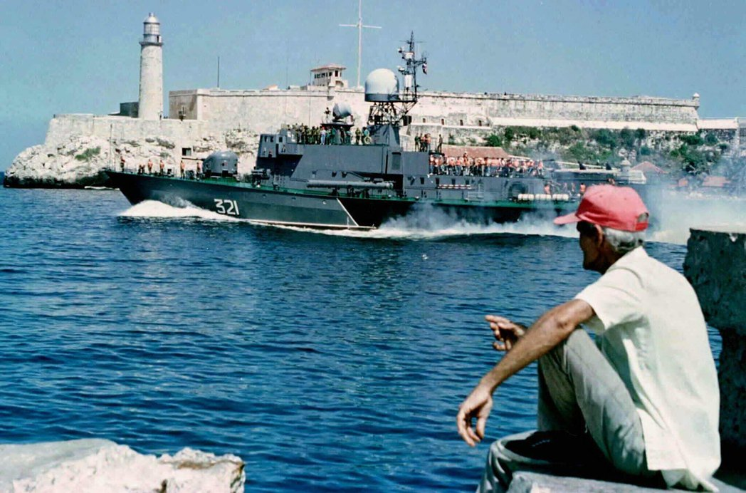 「探員在邁阿密的生活,完完全全不是零零七那種燦爛美滋的世界。」圖為古巴掃雷艦停泊...