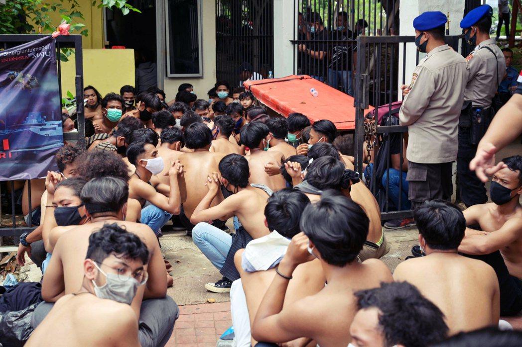 圖為雅加達學運中,遭逮捕的勞團與學生。 圖/法新社