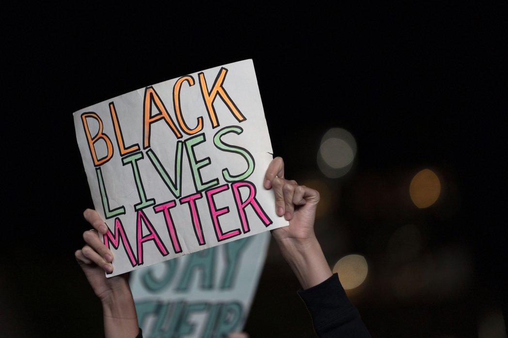 「政治正確」概括代表當代弱勢議題,並且邊界有足夠彈性可以隨時代價值挪動。不過當越來越多人認為光靠「政治正確又來了」就足以回應批評,關於弱勢議題的討論品質也會越來越差。圖為美國紐約BLM運動示威者。 圖/美聯社