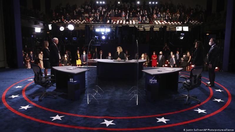現任美國副總統彭斯與其民主黨挑戰者哈裡斯(Kamala Harris,中文名賀錦麗)在10月7日針對新冠疫情及其導致的經濟下滑等議題進行了激烈的電視辯論。圖/德國之聲中文網