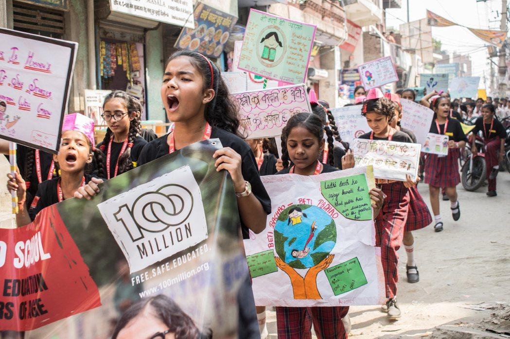 印度女孩走上街頭,爭取教育權。 圖/取自凱拉許兒童基金會
