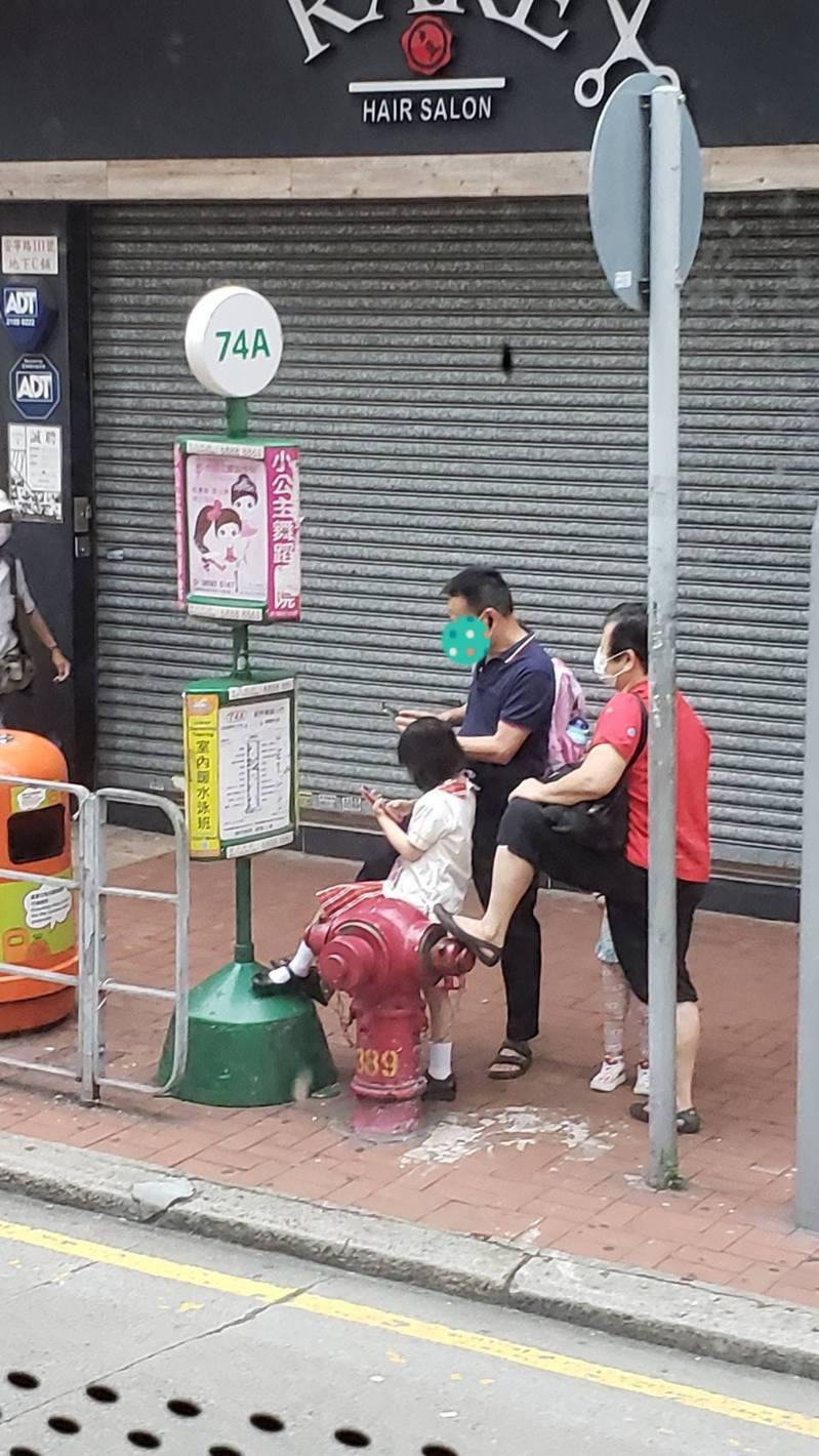 有網民於facebook群組分享相片,可見3名正在馬路旁等小巴的老中青年人,不約而同地擺出同一姿勢,形成「神同步」畫面。(fb群組「巴打絲打 Facebook Club」)