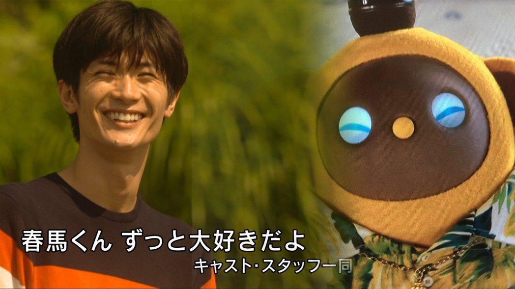 三浦春馬飾演的「慶太」與寵物機器人「猿彥」。圖/擷自推特