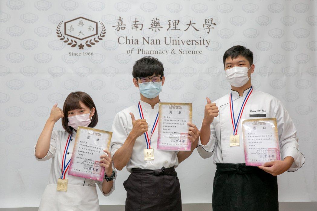 高士陽常帶領嘉藥學弟妹,參與各項料理競賽獲得好成績。 嘉藥/提供