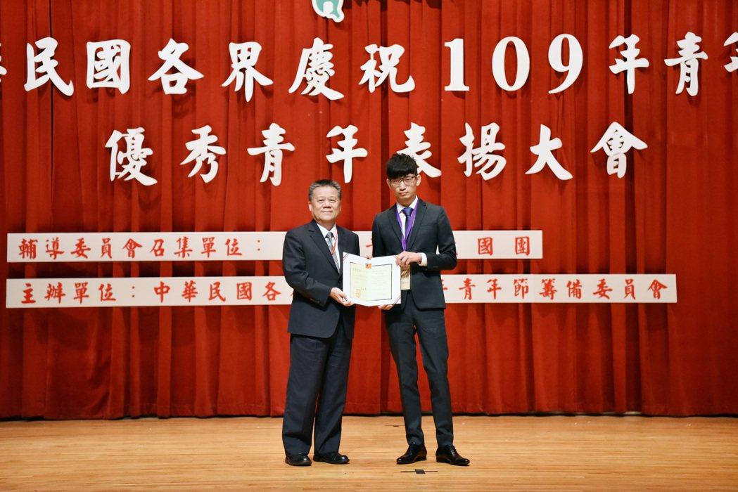 嘉藥保營系碩士班榮獲109年全國大專優秀青年。 嘉藥/提供