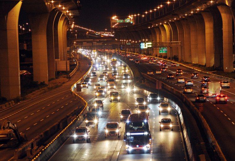 圖為中秋節連假國道一號中山高速公路桃園南崁路段北返車輛。中央社