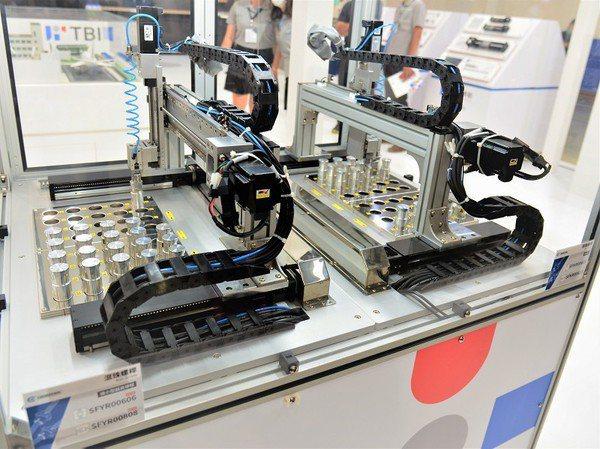 圖3 : 搭配全球傳動最新推出,已率先達成規模化量產的4mm微型高導程滾珠螺桿,還可協助客戶開發電動夾爪,並提升其精準度、夾持力範圍,增加總行程距離。(攝影/陳念舜)