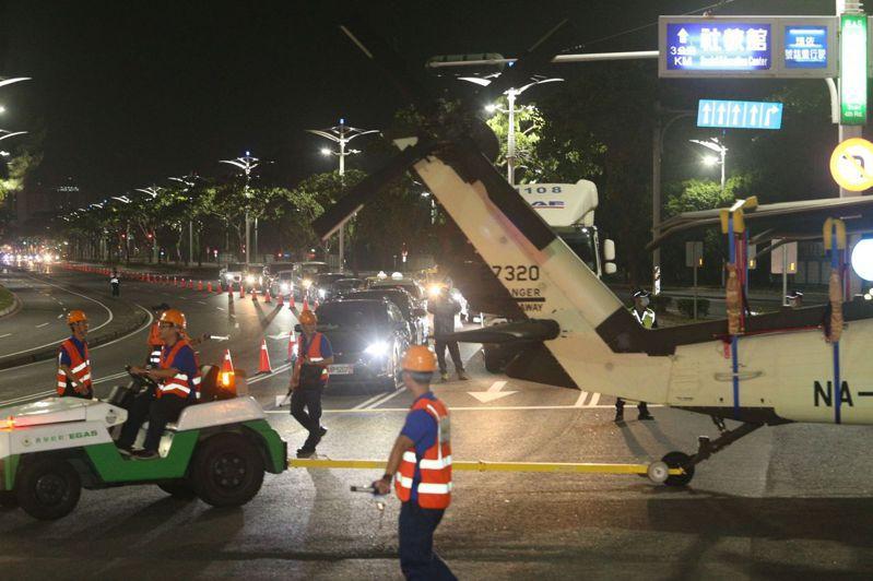 國防部移交內政部空中勤務總隊15架黑鷹直升機,今天凌晨零時30分左右,最後一批6架直升機由高雄港移往小港機場內空勤總隊駐地。記者劉學聖/攝影