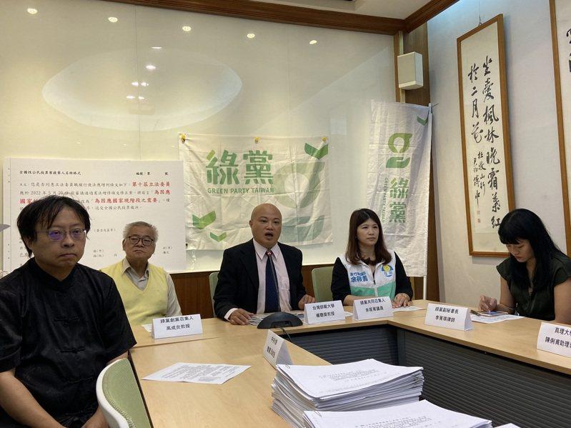綠黨表示,已經收集超過2000份公投連署書,會在今天送件至中選會。記者蔡晉宇/攝影