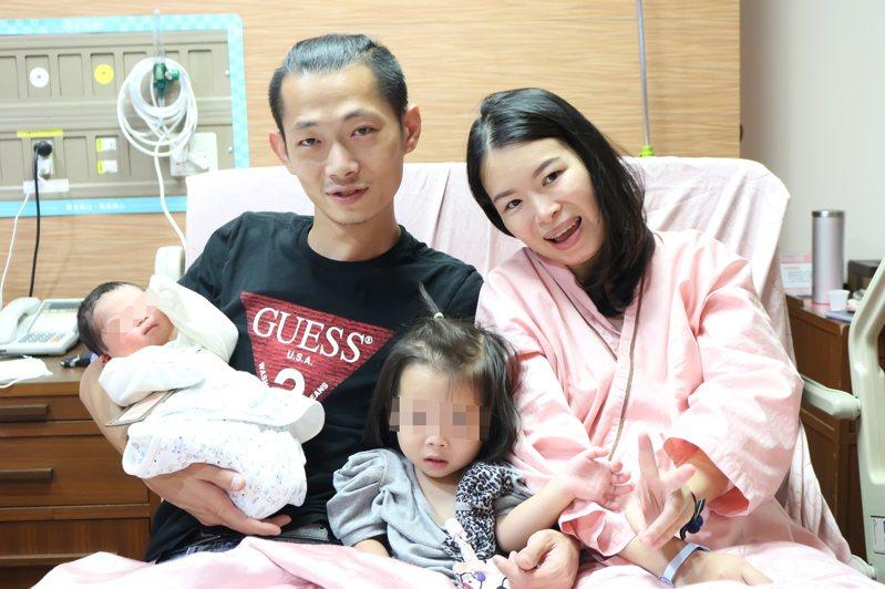 巴掌仙子寧寧1歲10個月當姊姊,弟弟迪迪足月健康出生,全家人幸福合影留念。圖/東元綜合醫院提供